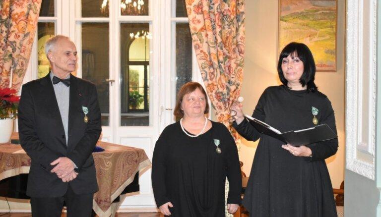 Trim Latvijas mākslas profesionāļiem pasniegts Francijas Ordenis mākslā un literatūrā
