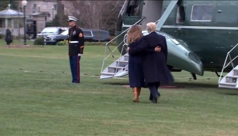 Video: Melānija Trampa pa ceļam uz helikopteru piedzīvo misēkli