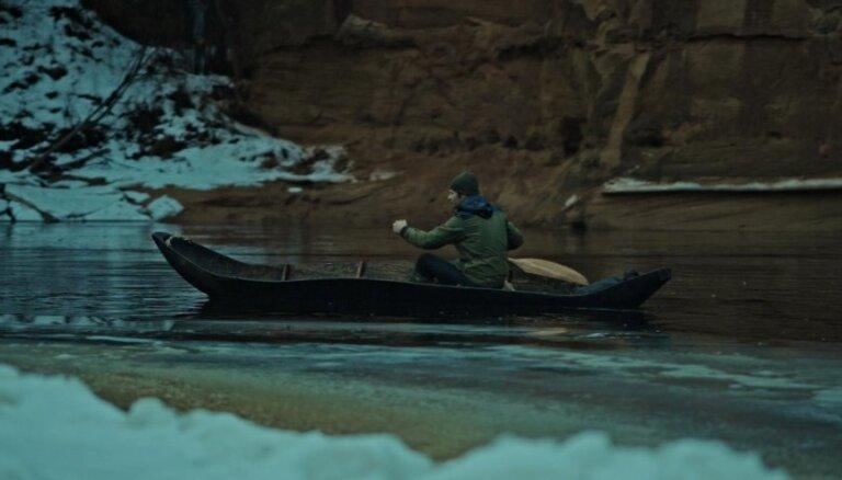 ФОТО: Сделанный собственными руками челн на январских водах Гауи