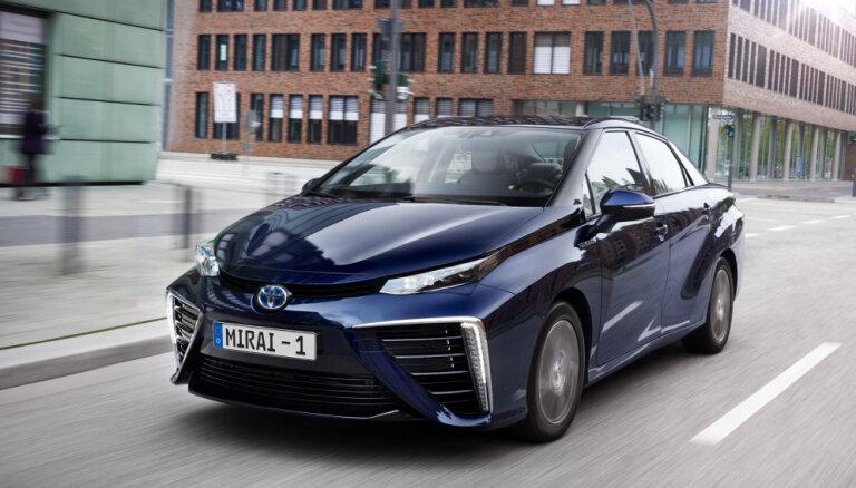 'Toyota' tuvākajā nākotnē plāno desmitkāršot ar ūdeņradi darbināmo auto izlaides apjomu