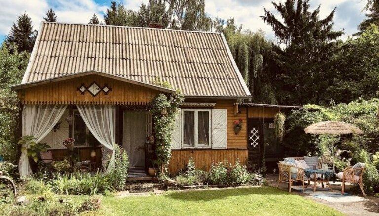 Foto: Lietuvā mazmeita rada pasakainas pārvērtības vectēva dārza namiņam