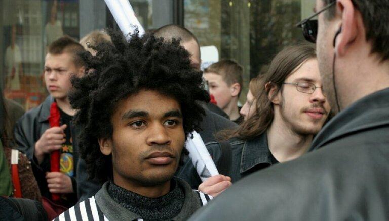Sabijies par pilsonības iespējamu atņemšanu, Beness Aijo sola sūdzēt tiesā Latviju
