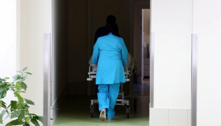 Mediķu zemā atalgojuma dēļ tiesībsargs vēršas Satversmes tiesā