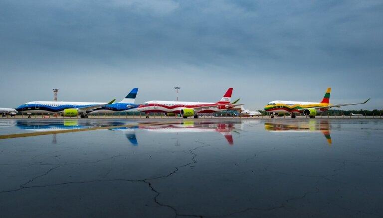Foto: 'airBaltic' ar īpašu dāvanu godina Baltijas ceļa 30. gadadienu
