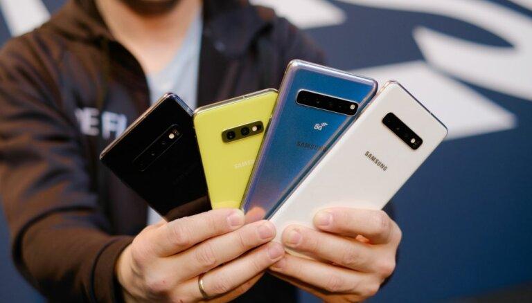 Foto: Atzīmējot 'S' sērijas desmitgadi, 'Samsung' prezentē telefonus ar caurumu ekrānā