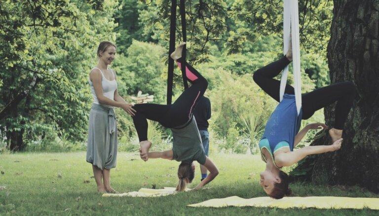 Neparastā Aerial joga. Izmēģinām vingrošanu, karājoties kokā