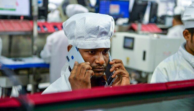 Foto: Kā Indijā ražo vietējos 'Lava' viedtālruņus