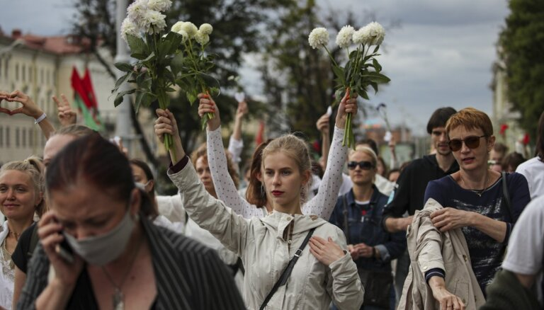 Вечер среды в Минске: протестующие пытаются блокировать центральные улицы, открыта стрельба по окнам