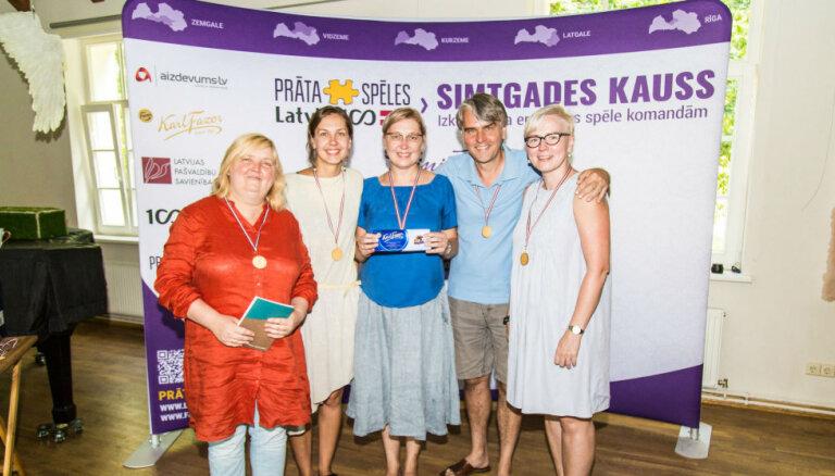 Carnikavā aizvadīta erudīcijas viktorīna 'Prāta spēles: simtgades kauss'