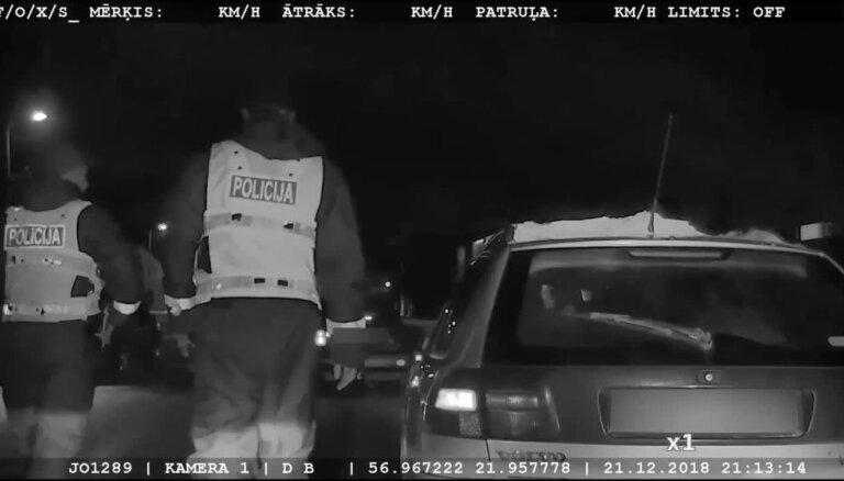 ВИДЕО: Полиция гнала по улочкам Кулдиги Volkswagen с пьяным 19-летним шофером без прав