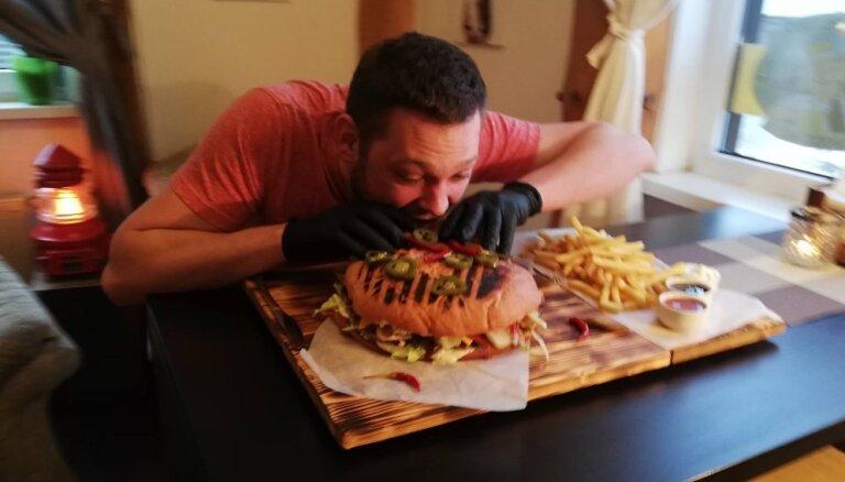 Jauns izaicinājums gardēžiem – teju trīs kilogramus smags bezmaksas burgera komplekts Purvciema krodziņā