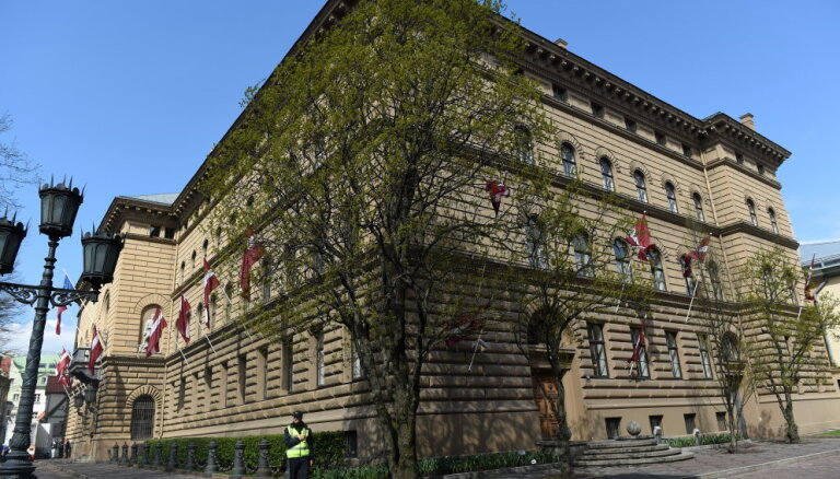 Saeima atliks ziedu kompozīciju iepirkumu par 19 999 eiro
