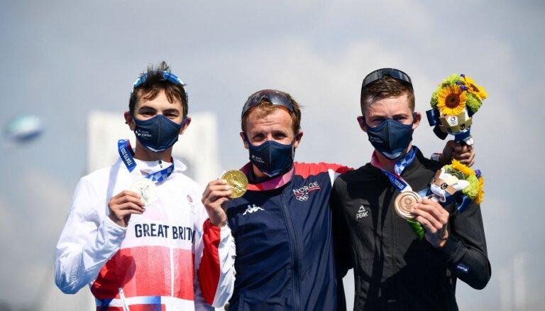 Olimpisko spēļu triatlonā uzvar norvēģis Blūmenfelts
