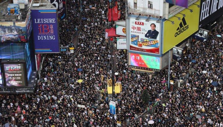 Foto: Tūkstošiem cilvēku Honkongā pieprasa lielāku neatkarību no Ķīnas