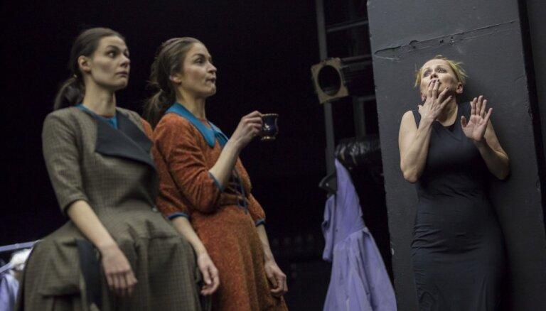 Foto: Viesturs Meikšāns Dailes teātrī iestudējis Žana Ženē 'Kalpones'