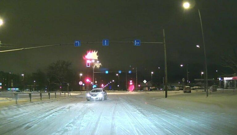 Video: 'Laižam pret spalvu!' – aculiecinieks iemūžina apjukušu šoferi Purvciemā