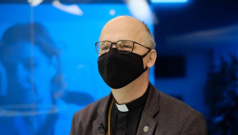 'Baznīca nenodarbojas ar jautājumu, kā ilgāk dzīvot šeit uz zemes,' – mācītājs par baznīcu un vakcīnām