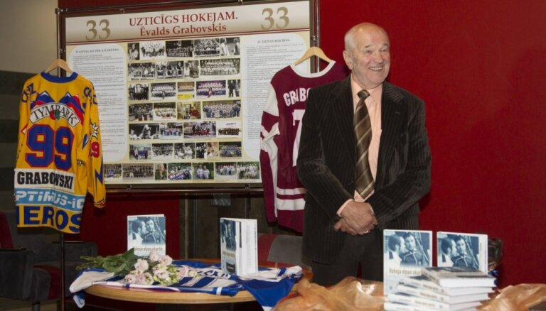 Foto: Ēvalda Grabovska grāmatas 'Hokeja elpas skartie' atvēršana