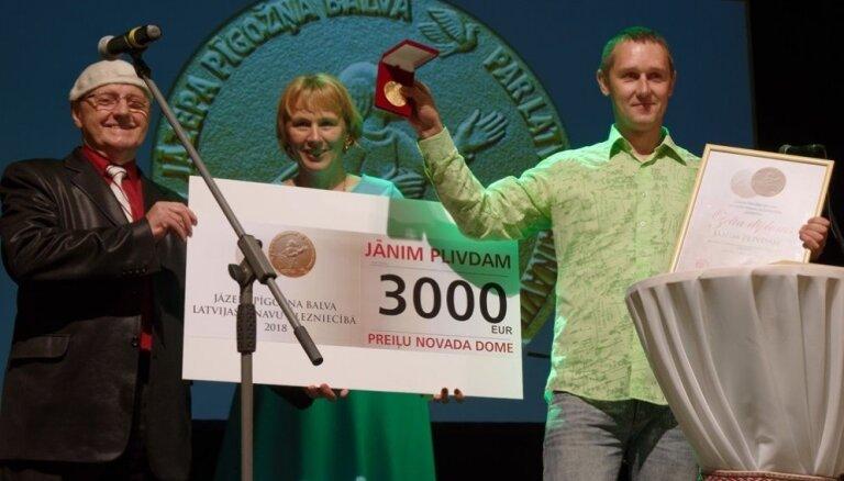Rīgas Sv. Pētera baznīcā atklās mākslinieka Jāņa Plivdas izstāde 'Padebeši'