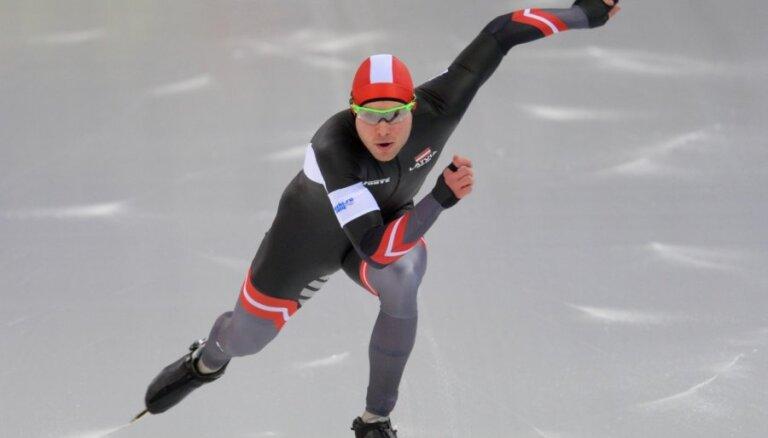 Ātrslidotājs Silovs pārvar masu starta kvalifikāciju pēdējās olimpiskajās atlases sacensībās