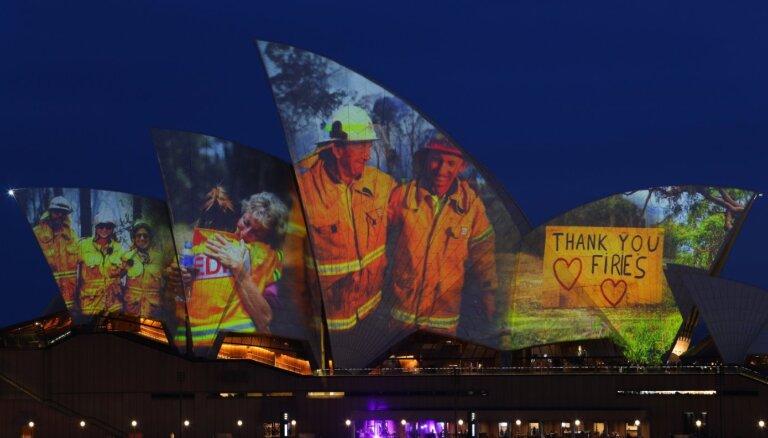 Foto: Sidnejas Operas nams uzmirdz par godu ugunsdzēsējiem