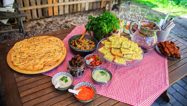 Sojšliks, burkānlasis un gardi pīrādziņi: vegānisko recepšu kolekcija Jāņiem