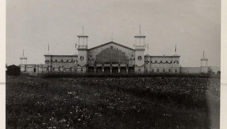 Foto: Vēsturiskās dziesmu svētku celtnes arhīva dokumentos