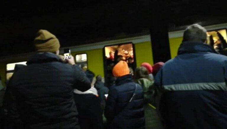 Pārpildīto vilcienu dēļ Rīgā 'iestrēgst' sieviete ar trim maziem bērniem