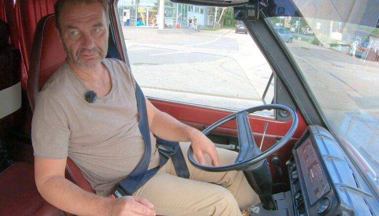 Video: Vēsturiskajam busiņam 'Latvija' pie stūres 'Kriminālās ekselences fonda' šoferis