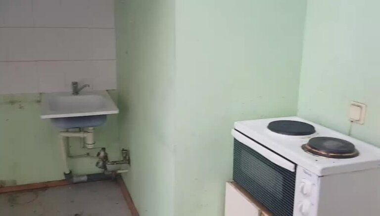 Sapelējušas sienas un jumta logi: pensionāre šokēta par Rīgas domes piešķirto dzīvokli