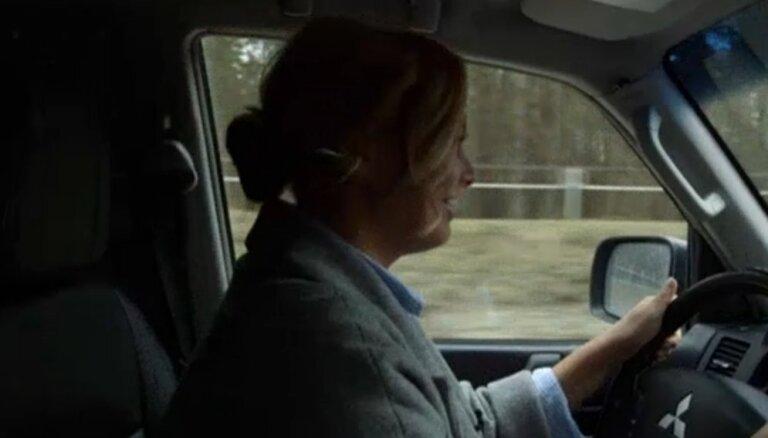 Linda Leen pārkāpj Ceļu satiksmes noteikumus