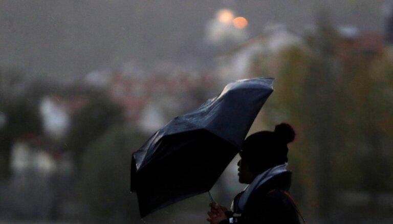 Svētdien un naktī uz pirmdienu lielā valsts daļā gaidāms lietus un sniegs
