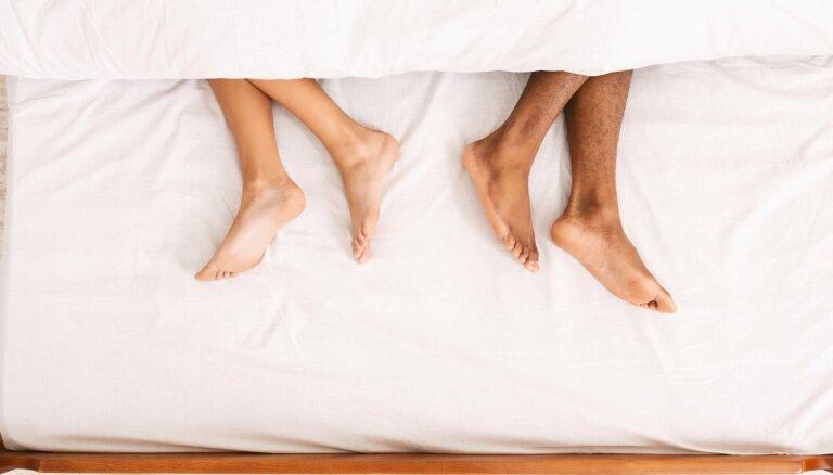Mēs guļam atsevišķi: kā gulēšana šķirti var uzlabot laulību