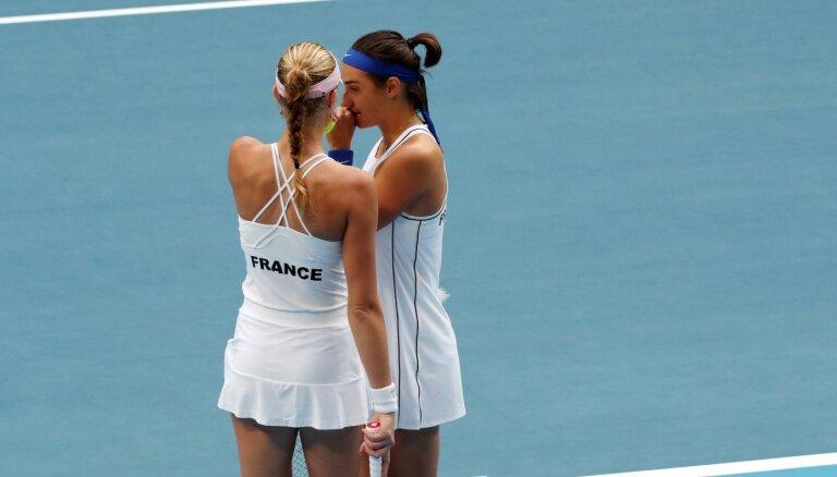 Francijas tenisistes pēc 16 gadu pārtraukuma triumfē Federāciju kausā