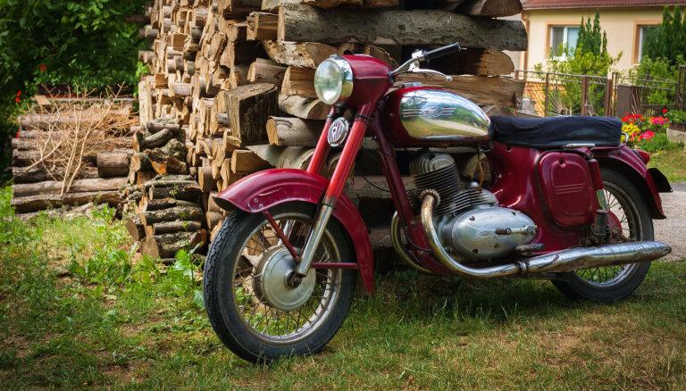 Motociklists Durbes novadā bez tiesībām un reibumā bēg no policijas