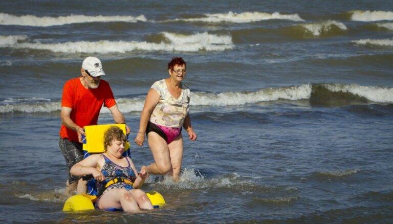 Liepājas pludmalē aicina atpūsties arī cilvēkus ar invaliditāti un jaunos vecākus