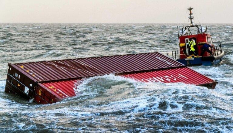 Ziemeļjūrā sāks izcelt vētrā no kuģa noskalotos konteinerus