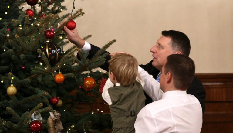 Foto: Valsts prezidents kopā ar kuplām Latvijas ģimenēm iededz Ziemassvētku egli