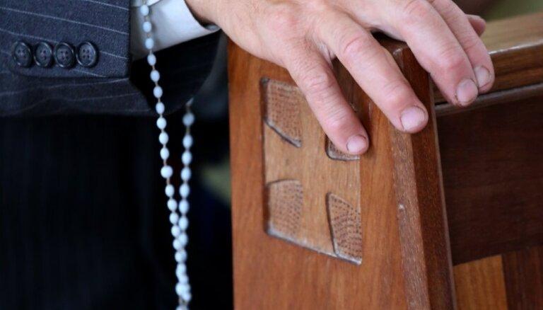 Zeiļa atcelts no amatiem katoļu baznīcā