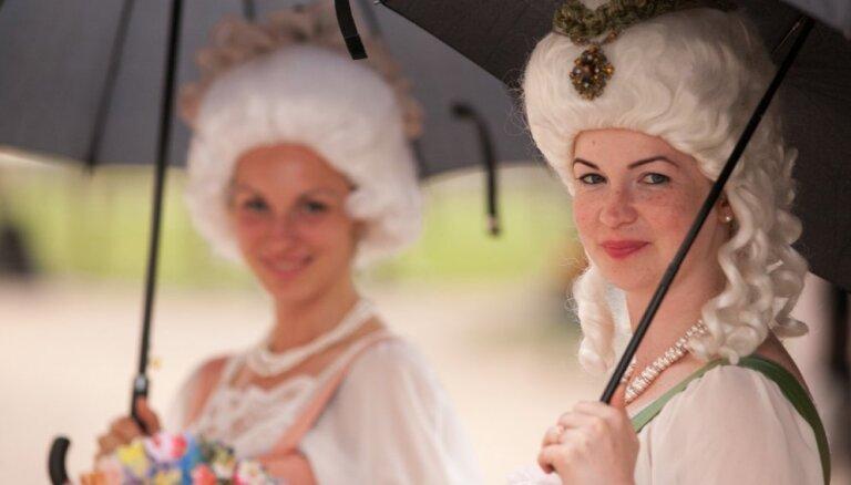 Foto: Mežģīnes, rozes un Vivaldi – Rundāles pilī izskanējis Senās mūzikas festivāls