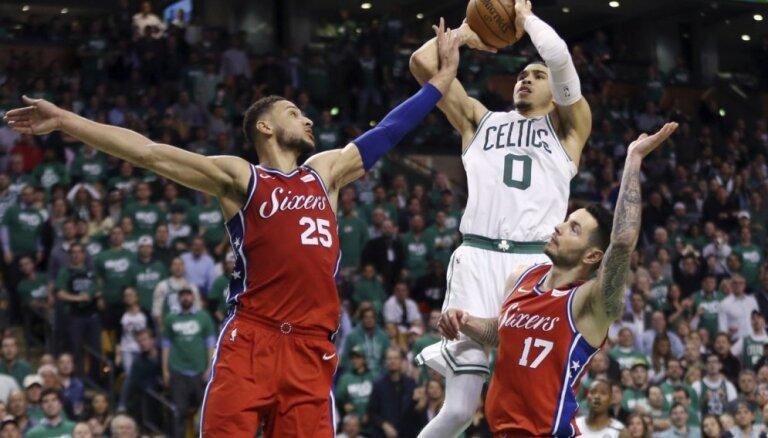 Bostonas 'Celtics' ar pārliecinošu uzvaru sāk NBA Austrumu konferences pusfinālu