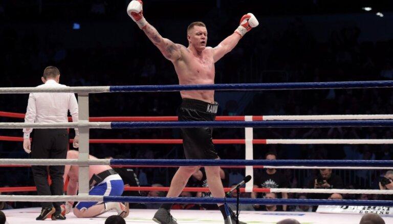 Foto: Kambala profesionālajā boksā atgriežas ar nokautu