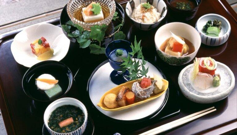 10 izsmalcinātās japāņu virtuves ēdieni, kas jāpamēģina kaut reizi