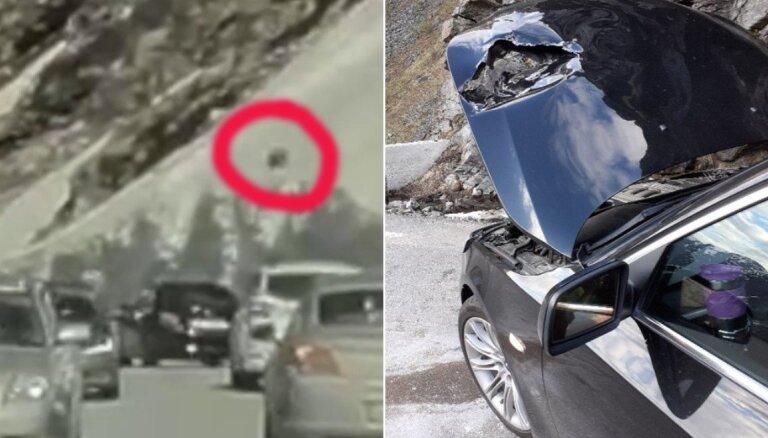 ВИДЕО: В Норвегии на BMW латвийцев с горы скатился валун