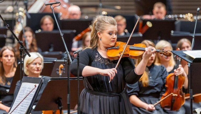 Foto: LSO atklāj sezonu ar krāšņu koncertu 'Lielajā dzintarā'