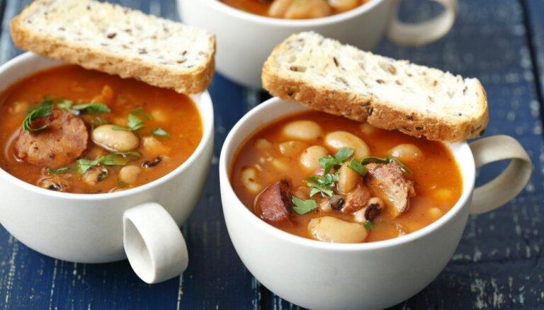Izvāri šodien, mielojies trīs dienas: 20 sātīgu un sildošu pupiņu zupu receptes