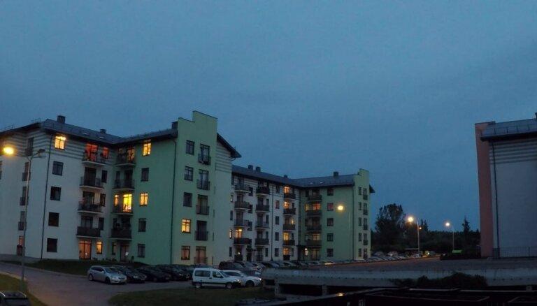 Neparasts video: Kā 40 sekundēs Ādažos aizrit nakts