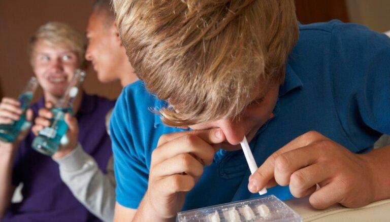 Полиция проведет в латвийских школах проверки на наркотики