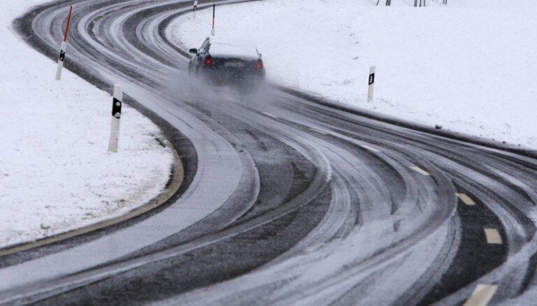 Brīdina par bīstamiem braukšanas apstākļiem uz autoceļiem