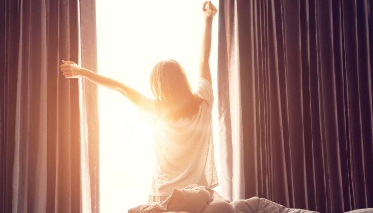 Ilgās mājās sēdēšanas sekas: pazīmes, kas liecina – neuzņem pietiekami daudz saules gaismas